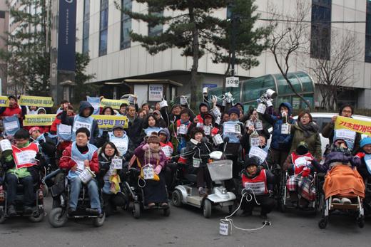 2013년 12월 17일 열린 '가난한 이들의 깡통행진' 퍼포먼스  (사진 에이블뉴스)